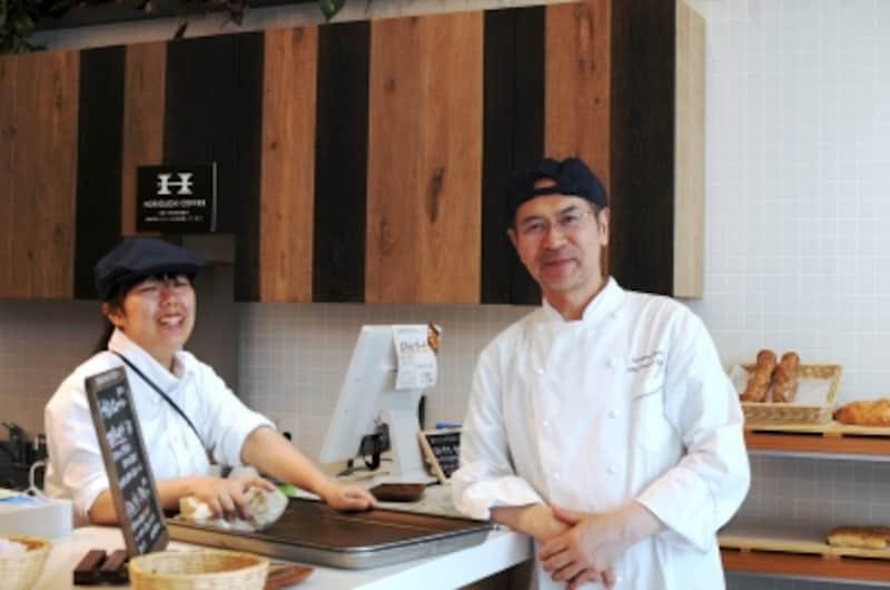 志賀勝栄さんとカフェ担当職員の佐々木理乃さん