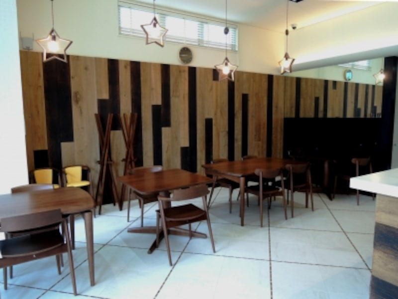 明るく開放的なカフェスペース