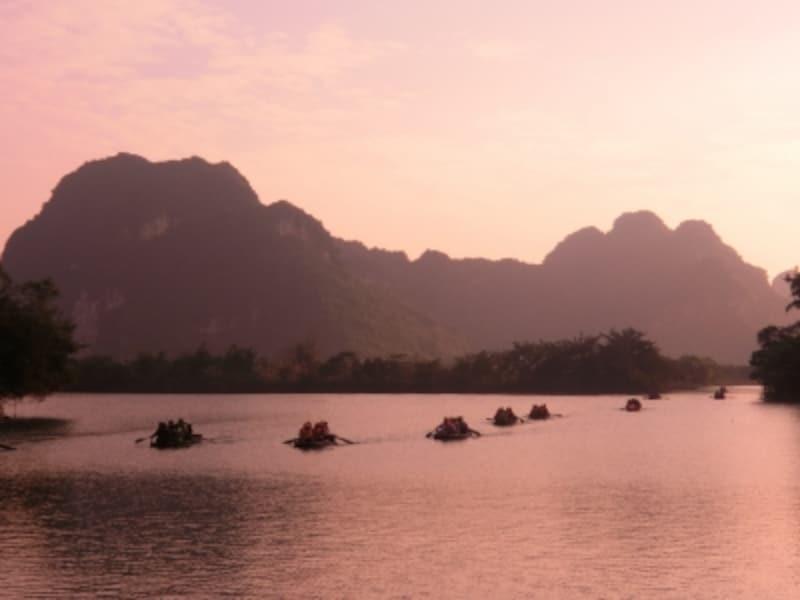 東南アジアで初の世界複合遺産に登録されたチャンアン。カルスト地形の絶景の中を、船頭さんの小舟に乗って。時間を忘れてしまいそうな素朴で優雅な船旅。