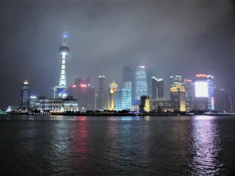 黄浦江を挟んでバンドエリアの対岸にそびえる上海の摩天楼。ひときわ明るい東方明珠塔やビジネス関連施設が建ち並ぶ。