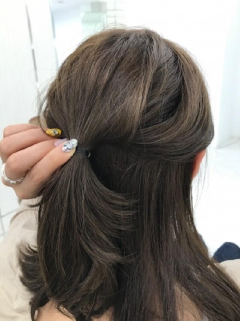 ハチ上の髪をゴムで結ぶ