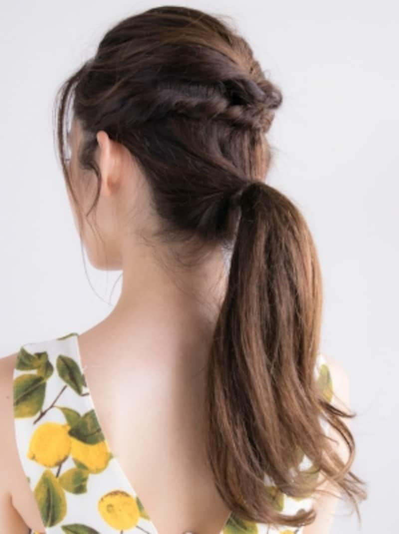 低めの位置で髪をひとつに結ぶ