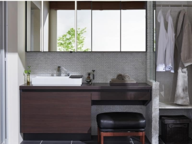 シャープで洗練されたボウルデザイン、幅650mmあるので、洗顔や洗濯時にも水はねがしにくい。メイク用品などの一時置きとして使える「サポートボード」も。[ルミシスベッセルタイプ]LIXILhttp://www.lixil.co.jp/