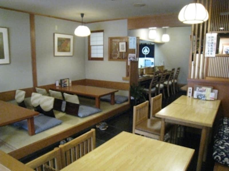 カウンター、小上がり、テーブル席と揃った店内。