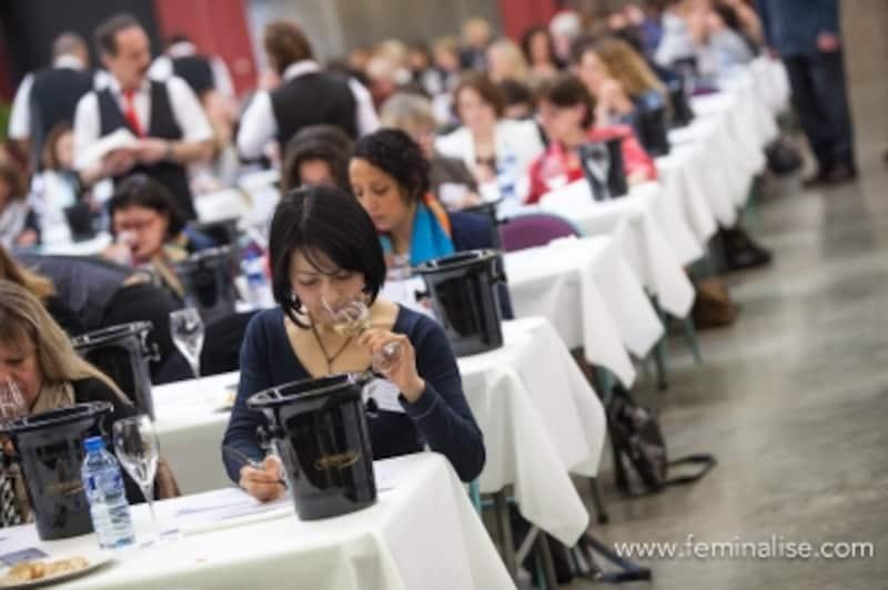 フェミナリーズ世界ワインコンクール審査会場の様子