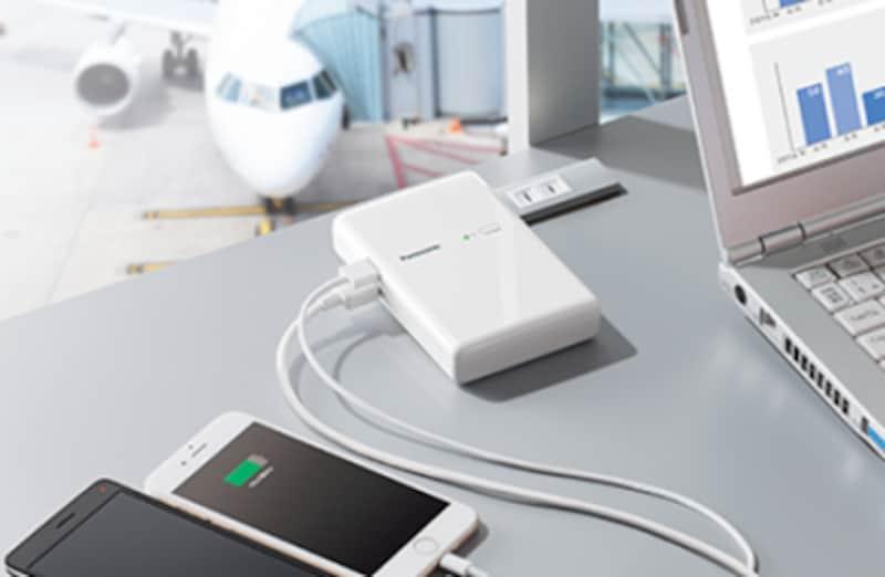 モバイルバッテリーを充電しながら、スマートフォンやタブレットも充電できる