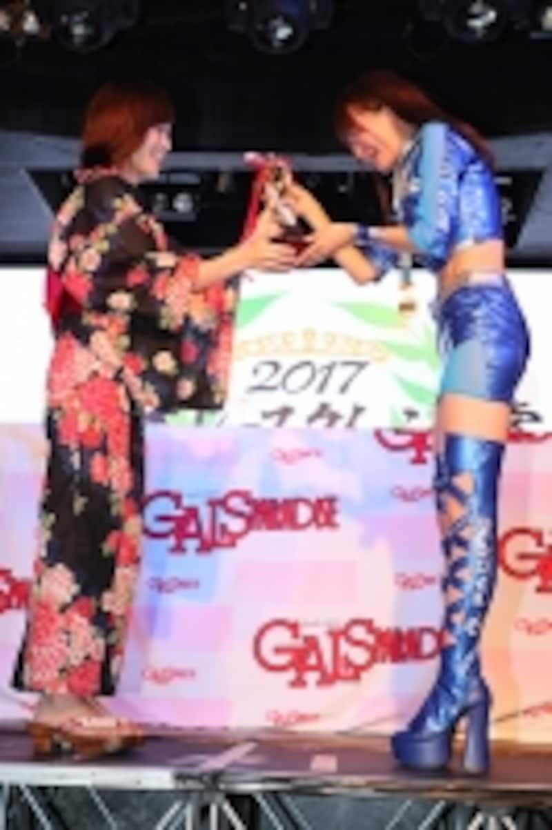 前年グランプリの引地裕美さんからトロフィーを受け取る立花はるさん