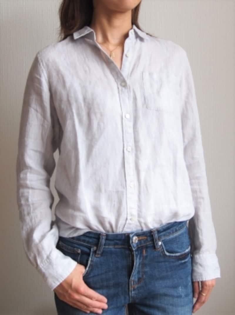 少しだけ後ろに引っ張るだけ。襟のラインが上がり過ぎないように気を付けて。