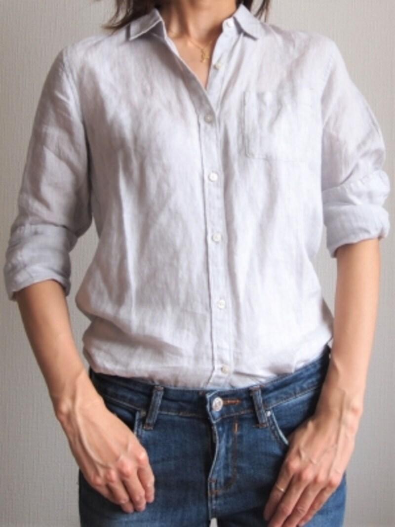 少しの襟抜きと両袖のロールアップでリネンシャツが夏仕様に