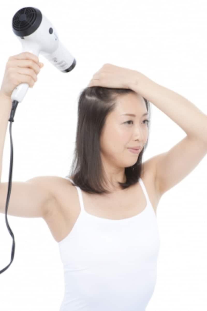 8割乾いたら冷風を当てて髪と頭皮を引き締めて!