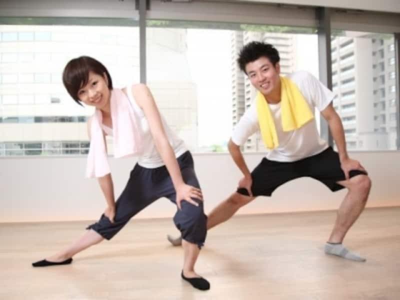伸脚運動を行う人