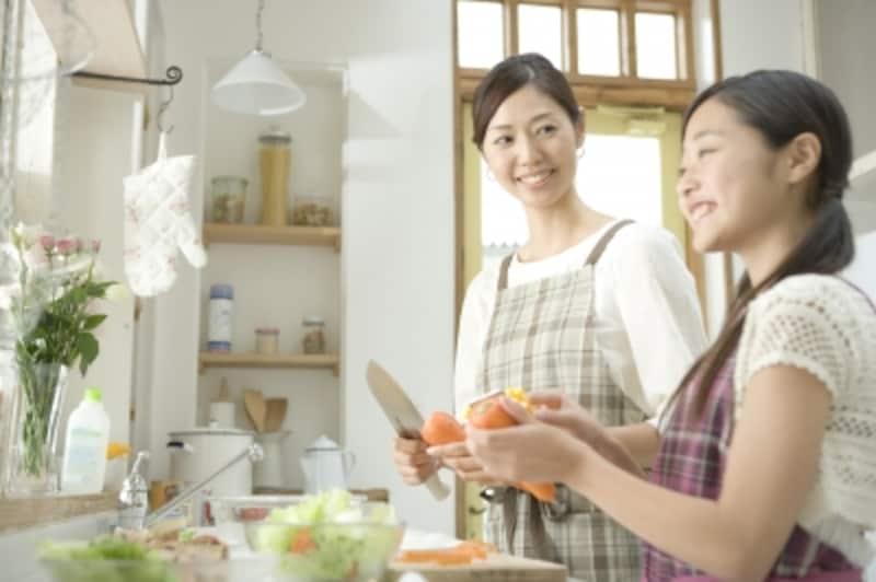 お母さんと調理をする女の子
