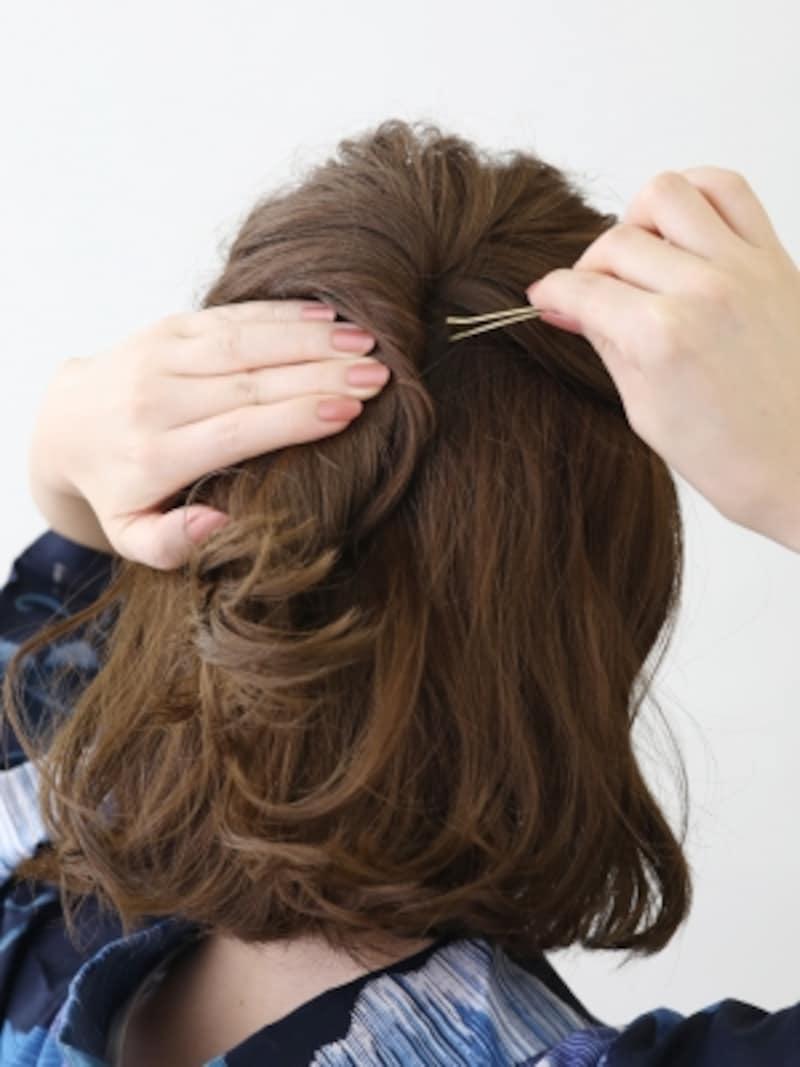 ハチのラインで髪を取りハーフアップに