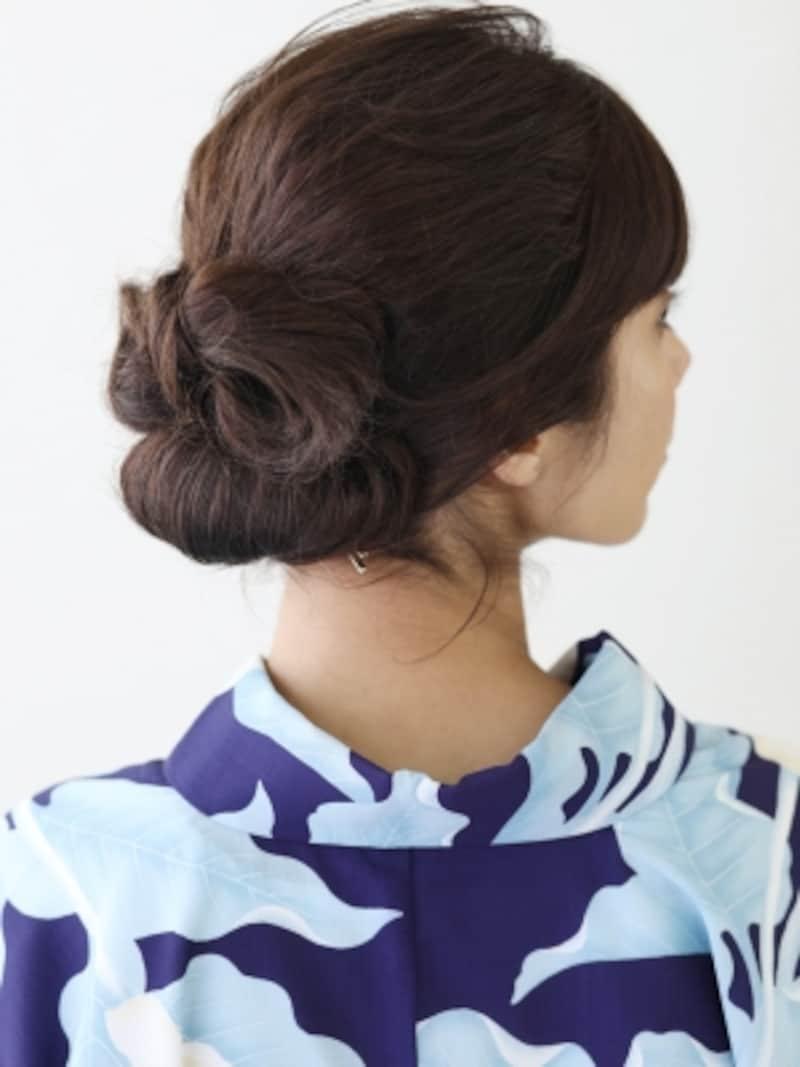 髪の重心を下げ、低めの位置でハーフアップ