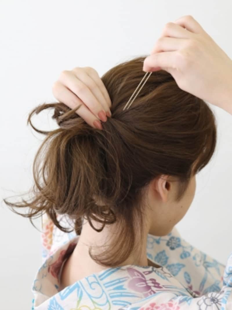 サイドの髪をねじりながら留める
