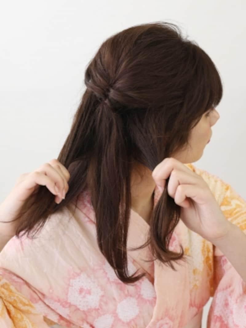 ハチから耳下の髪を2つに分ける