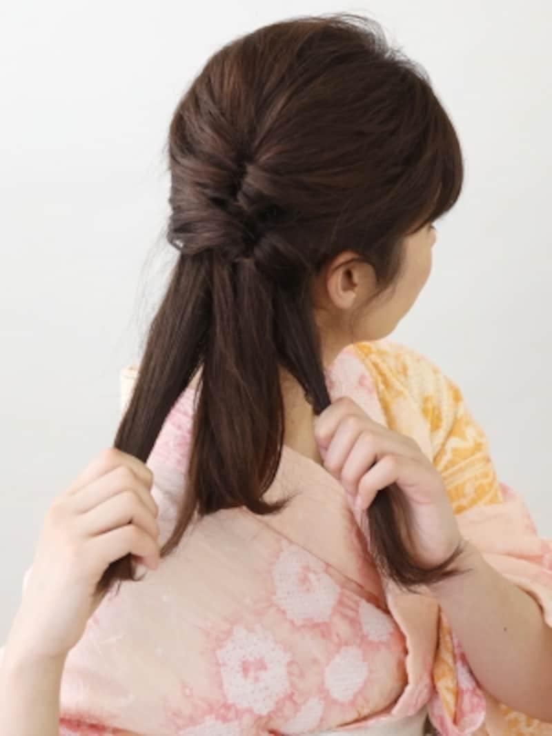 2つ目のくるりんぱを作ったら、残りの髪も左右に分ける