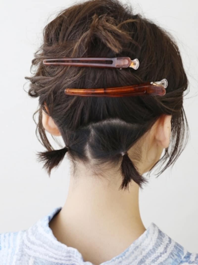髪色に近いヘアゴムで2か所結び、ショートヘア向け夜会巻きの土台を作る