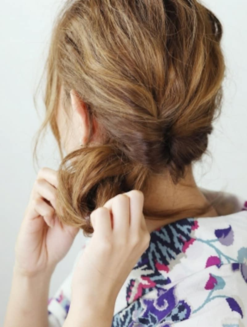 後ろ側から前側へと髪を通してくるりんぱ
