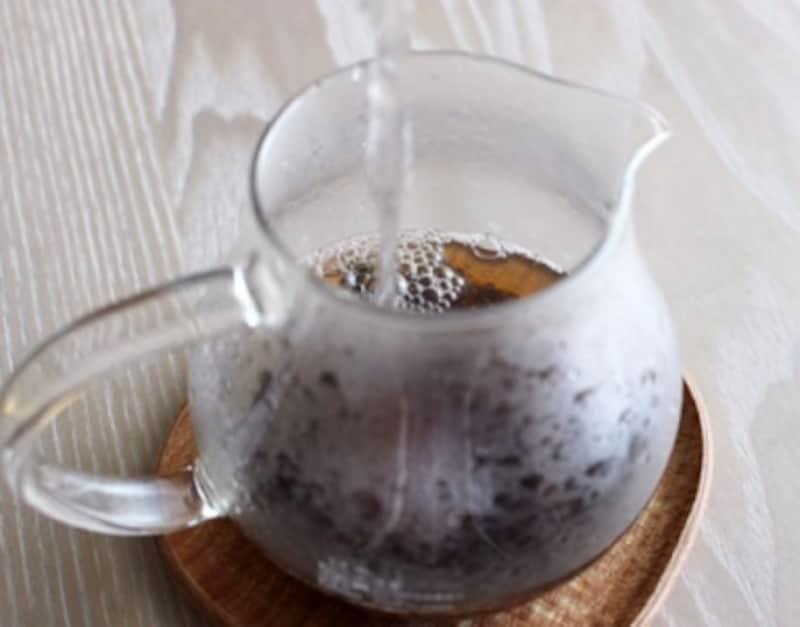 後で氷を入れて紅茶を急速冷却するため、此処ではホットで入れる熱湯の半分程度使用します