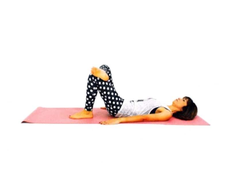 膝肉&太ももエクサ1 仰向けになり右くるぶしを左ひざに乗せる