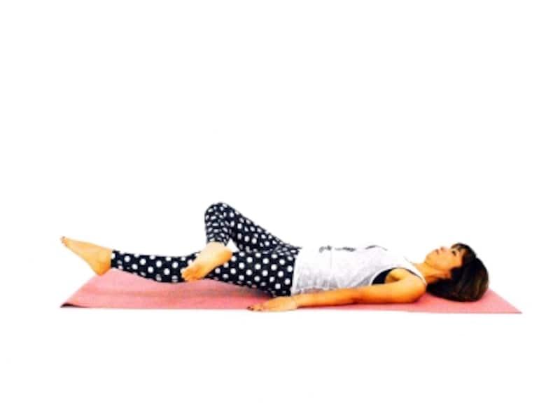 膝肉&太ももエクサ3undefined左足を床ギリギリまでおろす