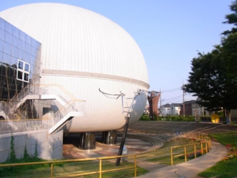 外観が特徴的な多摩六都科学館