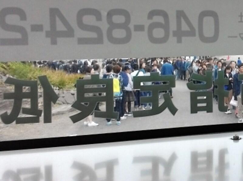 バスを待つ人の大行列(バスの中から撮影)