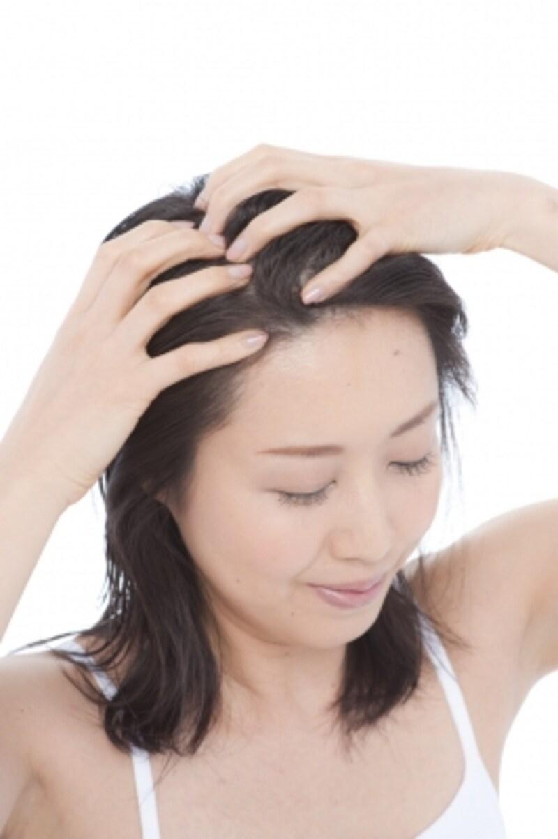 指を使って頭皮の硬さをチェック!