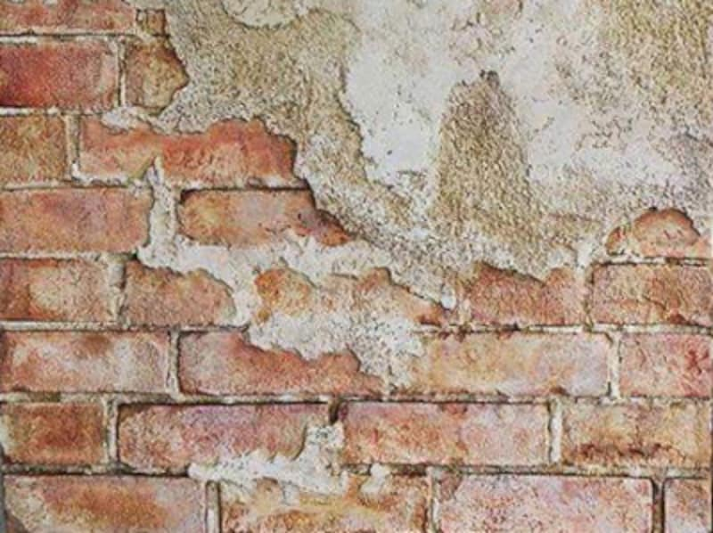 モルタル造形の古びたレンガの壁