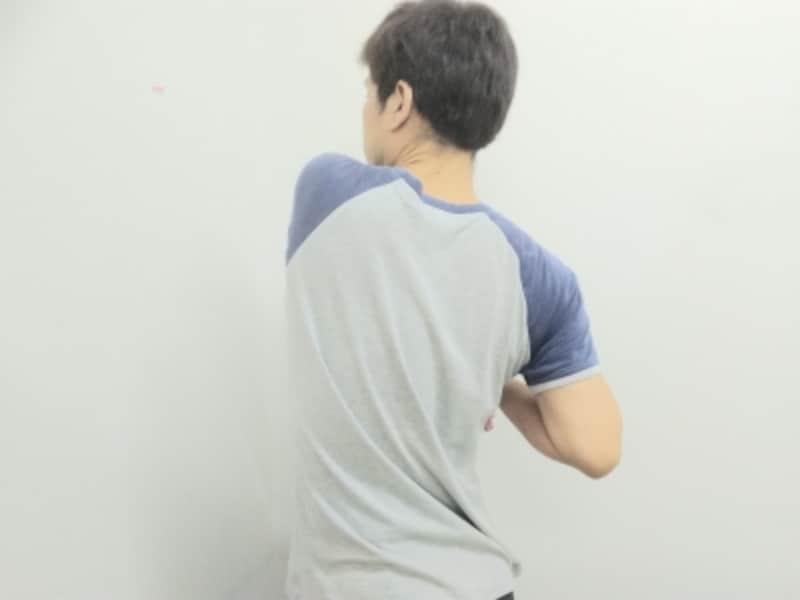 筋肉への刺激を感じながら大きく肘を動かします
