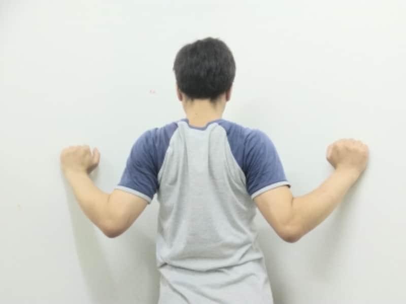 左右の肩甲骨を寄せるよう両肘を近づけます