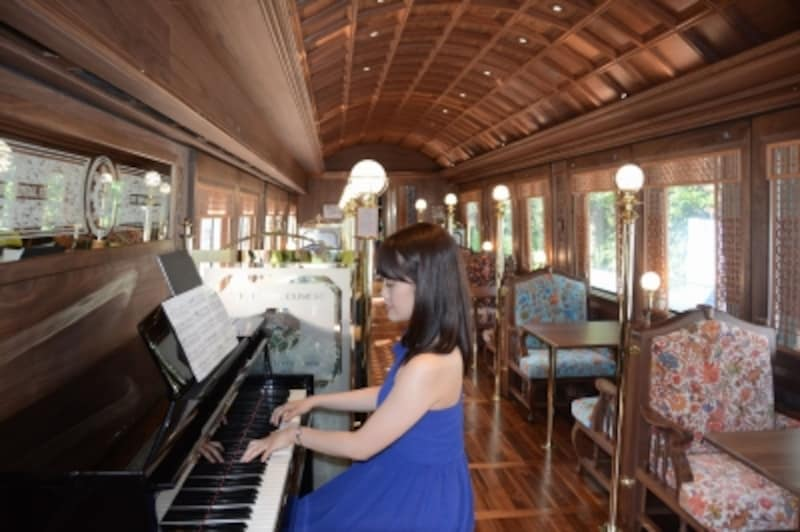 ピアノ演奏のある食堂車