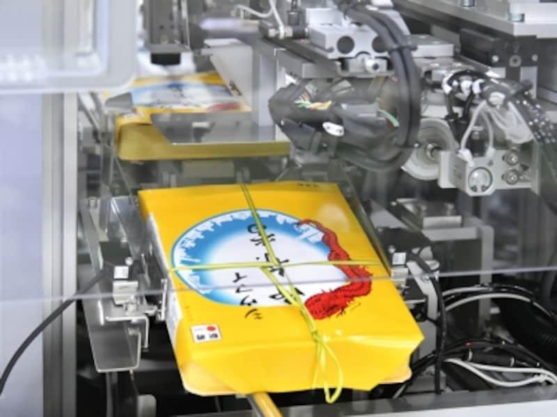 横浜工場では「紐かけ機」が新導入!undefined人の手の約5倍、1時間に720個の紐がかけられるように(画像提供:崎陽軒)