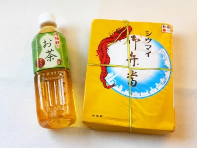 すっきりとした味わいの「崎陽軒のお茶(120円税込)」はシウマイ弁当とともにどうぞ(2017年7月12日撮影)