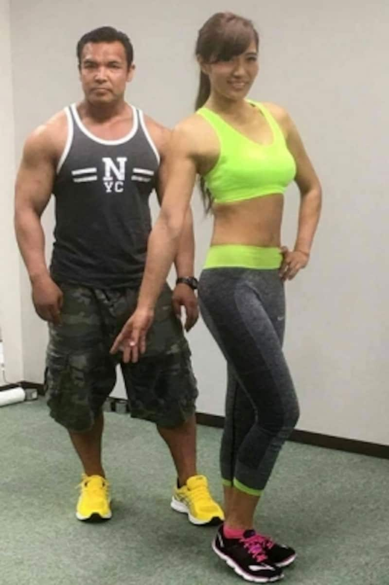 2017年5月9日、トレーニング期間に入る前のREIKAさん、隣はトレーナーの北井大五さん