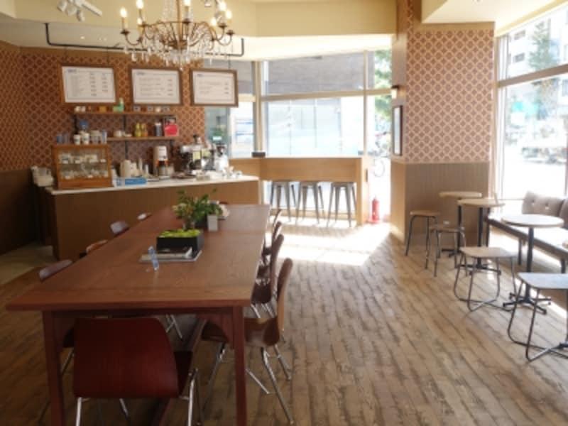 カフェスペース。洗濯の合間の一休みや、待ち合わせなど、多目的に使われている。