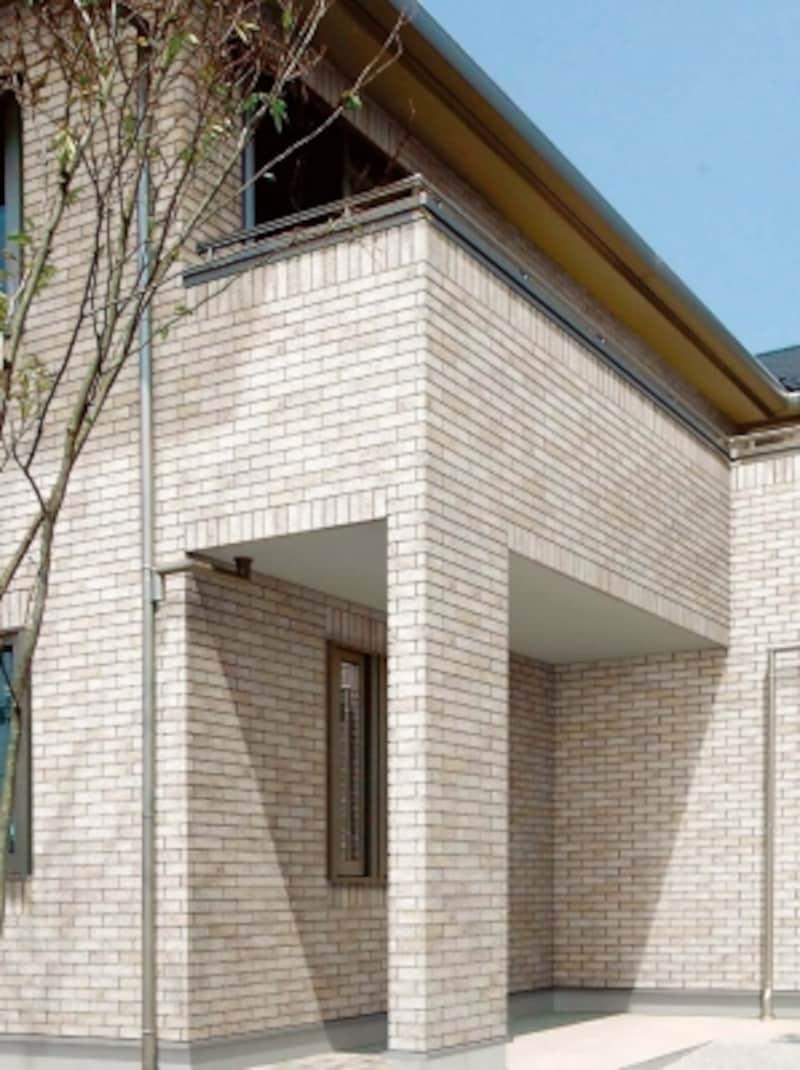 風化した表情が自然に溶け込む穏やかな住宅に調和する。タイルを引っ掛けて張る乾式施工により短期施工と確かな仕上がりが実現。[ベルニューズundefinedデゼルトundefinedブリックタイプ]undefinedLIXIL
