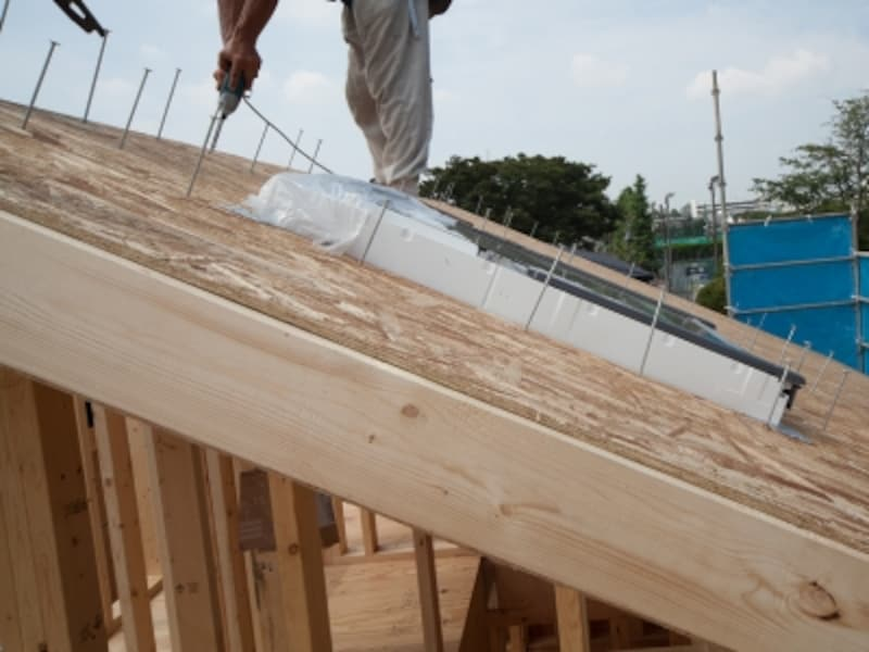 30cm間隔で「スクリューネイル」を構造体に打ち込む。