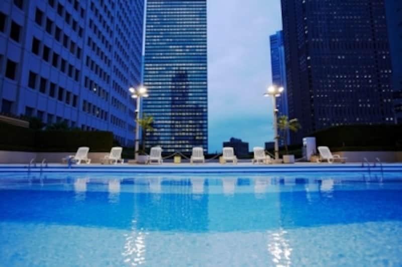 風の吹き抜ける天空プール・京王プラザホテル「スカイプール」