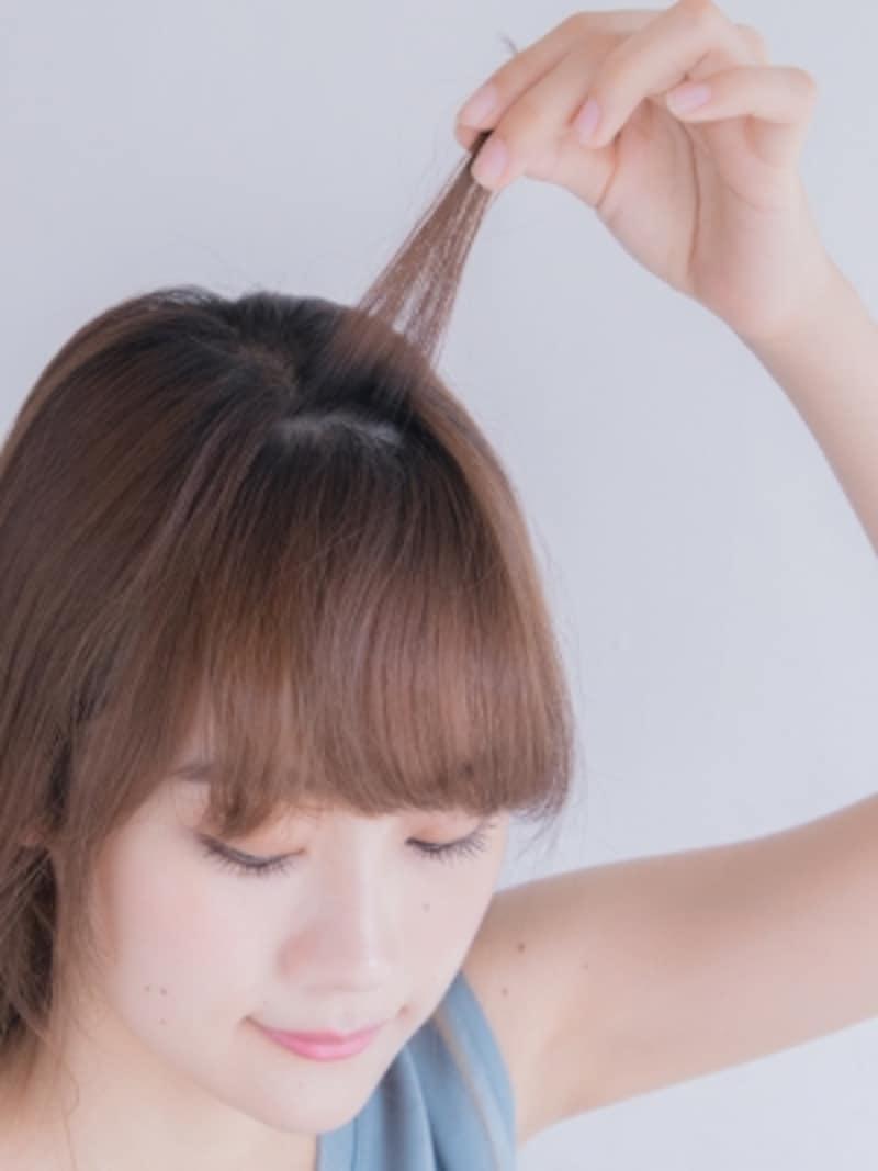 前髪の表面を少量分けとる