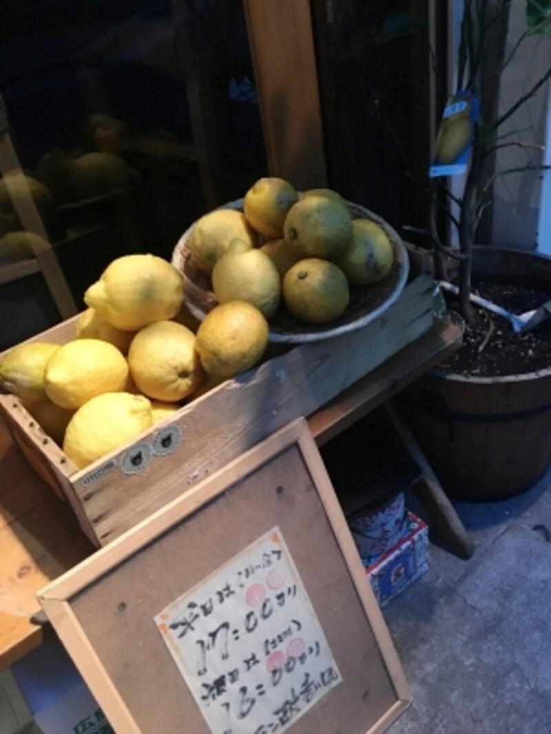 おじんじょの店先にならぶ広島産レモン