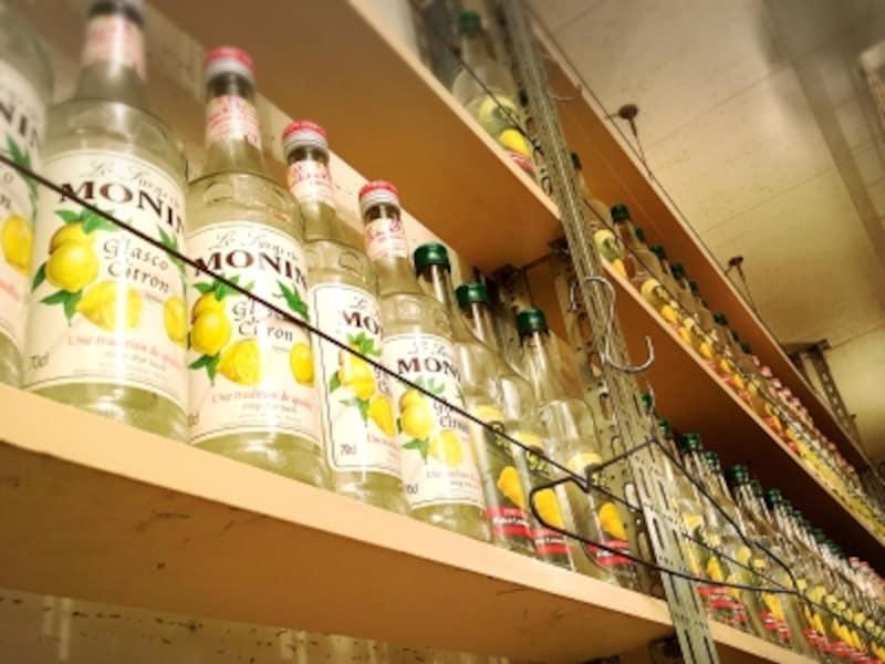 壁にずらっと並ぶレモンリキュールのボトル