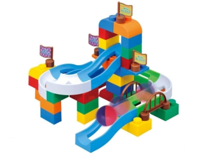 組み立てるブロック遊びから、玉を転がすコロコロ遊びに進化します