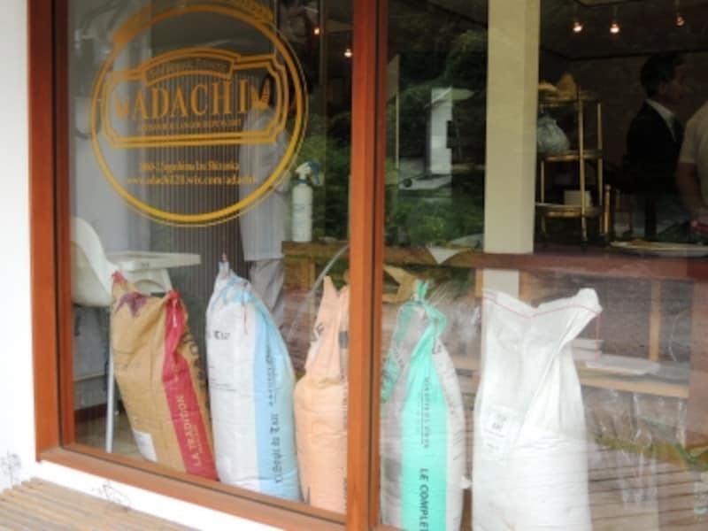 入口脇に小麦粉の袋が置かれている