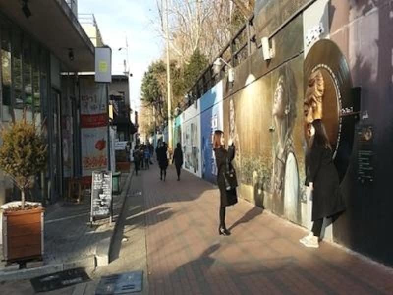 傍らのカフェや、隣の市場、いろいろ寄り道しながらゆっくり歩いてみてください!