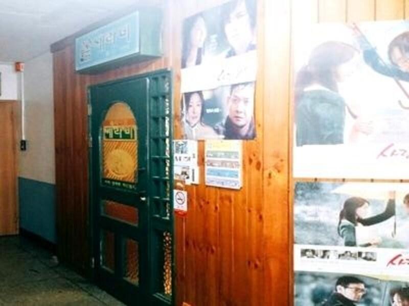 カフェに続くまでの階段や入り口の外にも、ドラマのポスターがいっぱい
