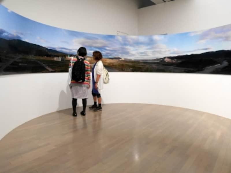 畠山直哉《陸前高田市高田町undefined2012年6月23日undefined#2》2012……「人の手」が介在した風景を独自の審美眼で切り取った写真作品。東日本大震災以降、頻繁に取材を重ねる故郷・陸前高田市の風景を軸に構成されています。ヨコハマトリエンナーレ2017展示風景(2017年8月3日撮影)
