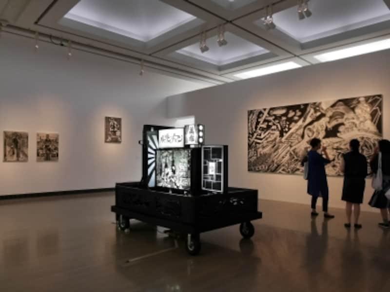 """風間サチコ《僕らは鼻歌で待機する》展示風景……木版画で浮世絵からマンガまでを横断する制作スタイルの作品。3ヵ月半ひきこもり、新作を完成させたとのこと。「展覧会テーマである""""孤立""""を実感しました」(本人談)。ヨコハマトリエンナーレ2017展示風景(2017年8月3日撮影)"""