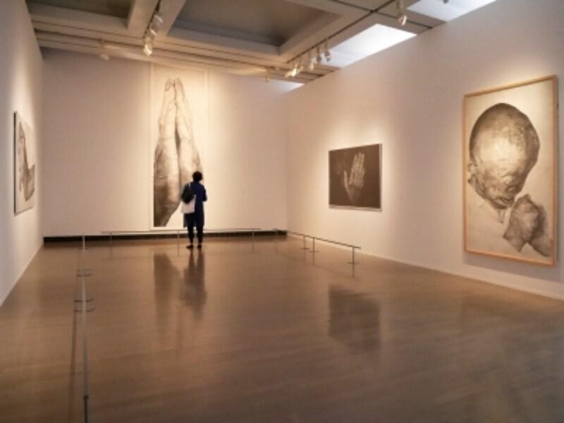木下晋(左から)《掌握》2011、《合掌図・懺悔》2015、《視る人》2011、《光の孤独》2009……孤独を受け入れながらも尊厳を失わない人々を題材とした、鉛筆画作品。10Hから10Bの鉛筆を駆使し、光と闇が鮮明に描かれています。ヨコハマトリエンナーレ2017展示風景(2017年8月3日撮影)